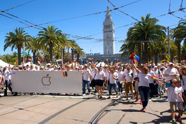 Компания Apple приняла участие в гей-параде