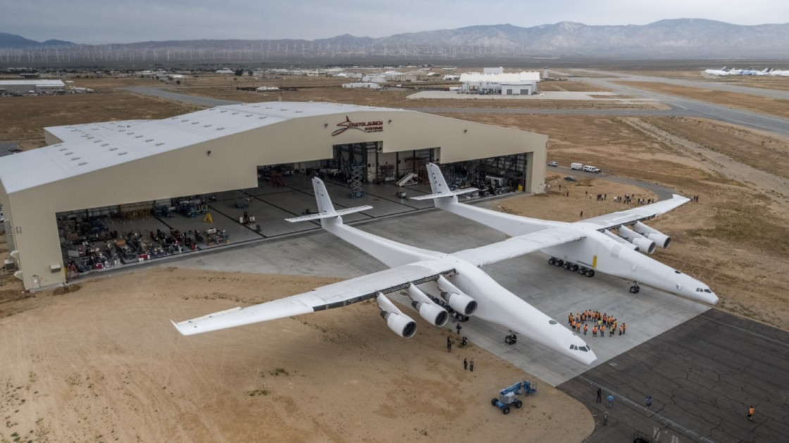 В США впервые показали самый большой самолет в мире Stratolaunch Model 351