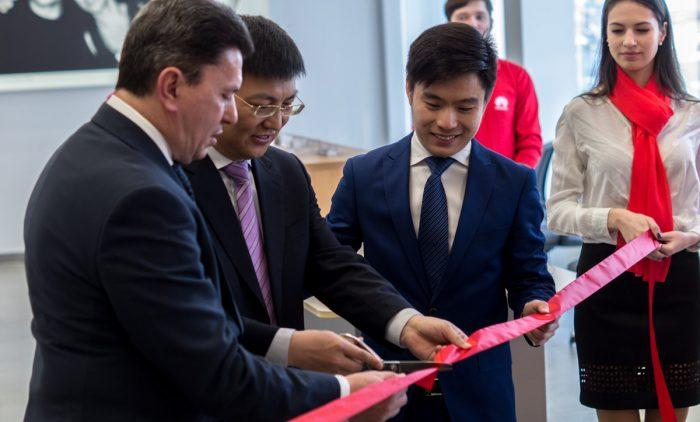 Кевин Чжоу на открытии фирменного сервисного центра Huawei в Киеве