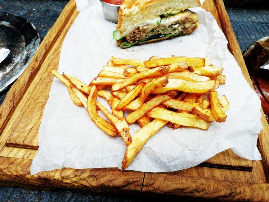 «Люди не готовят и не ходят в рестораны». Как мобильная революция полностью изменила общепит Китая