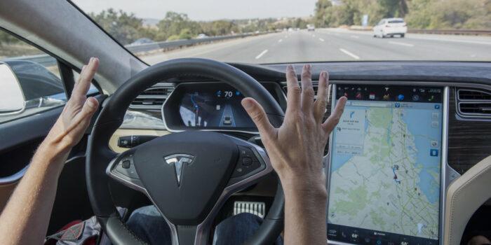 Автомобили Tesla и General Motors под управлением автопилотов стали участниками ДТП