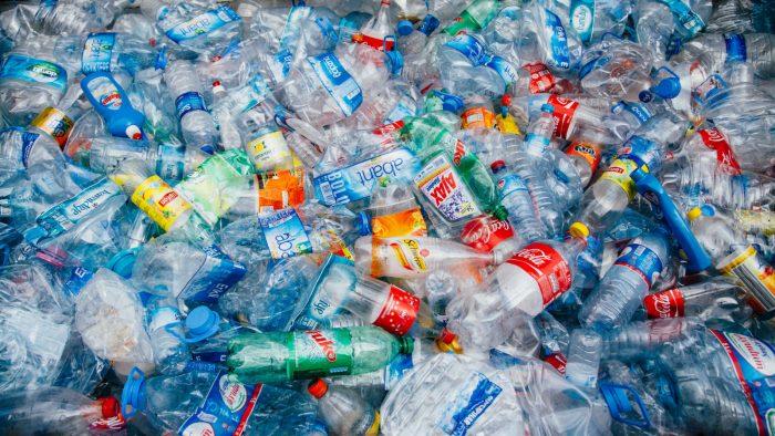 Вчені випадково отримали фермент, який поглинає пластик