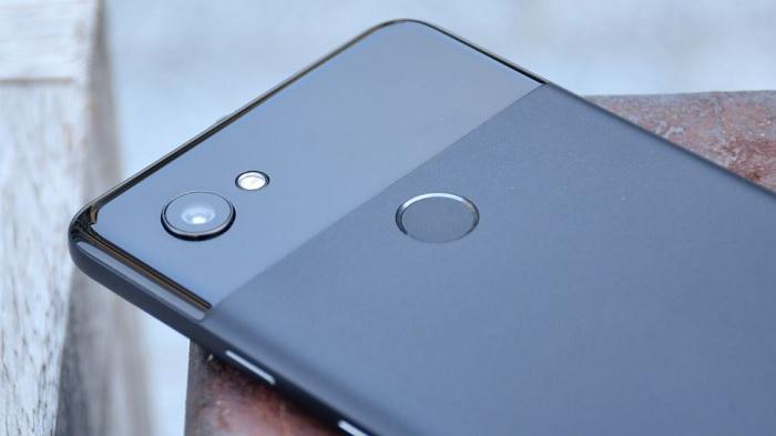 Живые фото: Google Pixel 3 XL обзаведётся «бровью» и стеклянной задней панелью