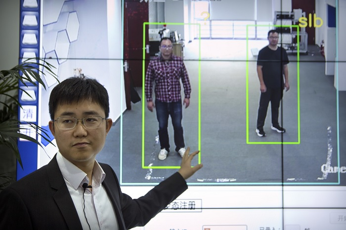 Китайський ШІ тепер визначає людей по ході
