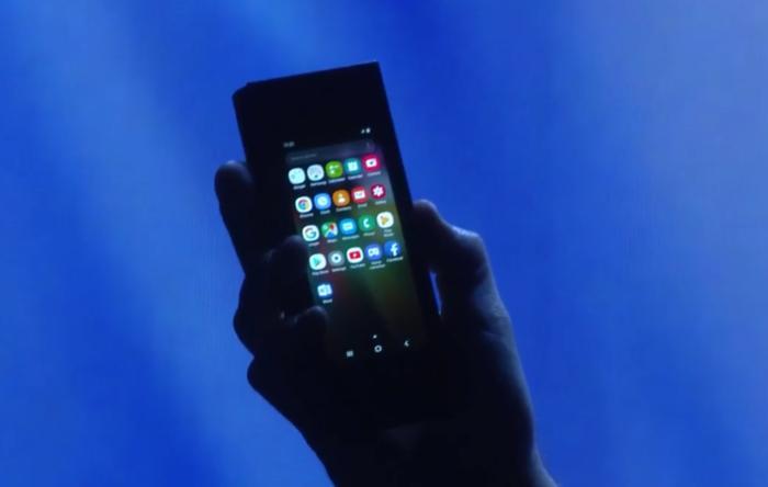 Samsung наконец показала свой первый сгибающийся смартфон. Журналисты остались разочарованы