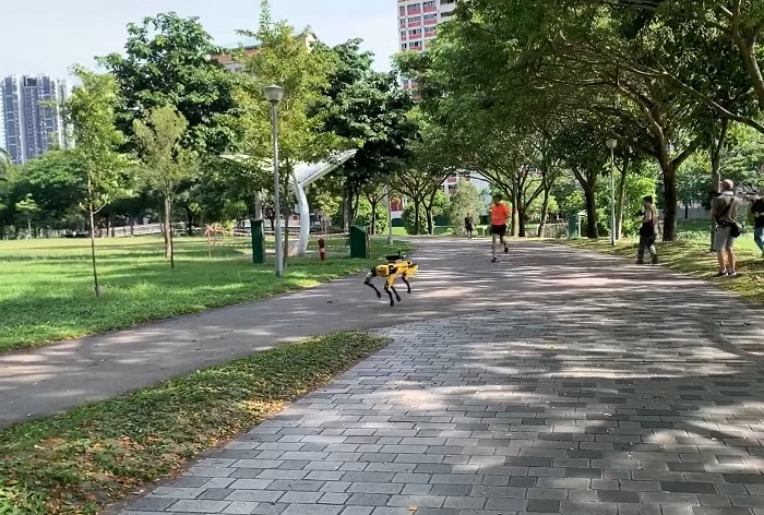 В Сингапуре четвероногий робот Spot следит за посетителями парка