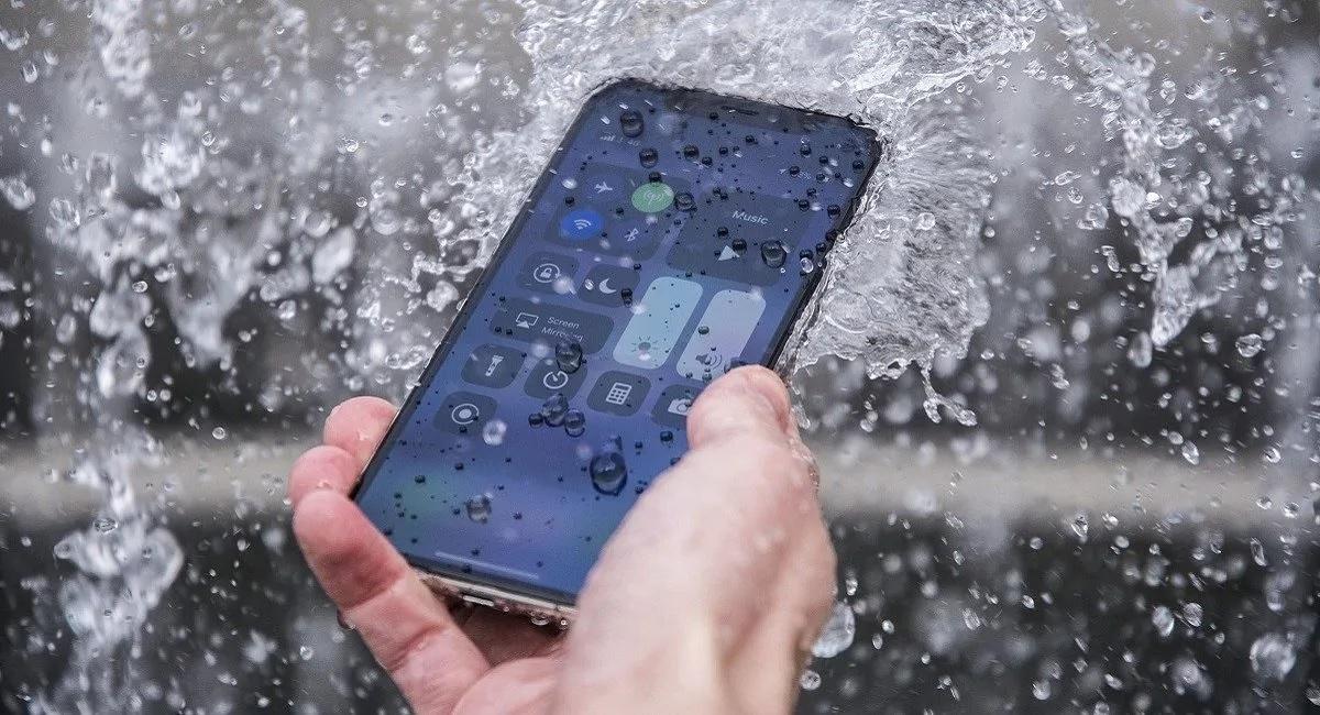 Что делать (и не делать), если вы утопили свой смартфон?