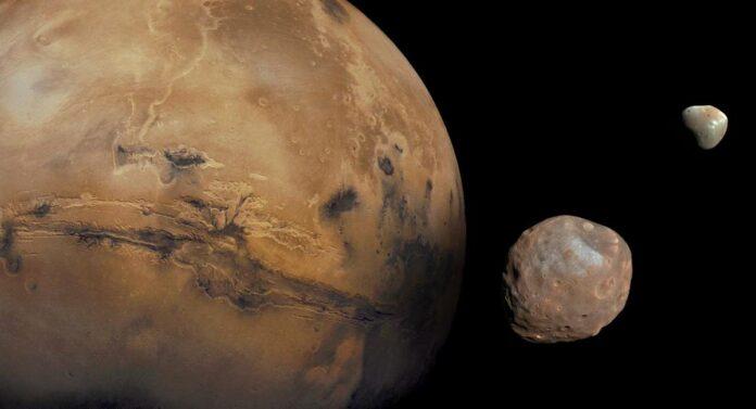 Марс і дві його супутники, Фобос і Деймос